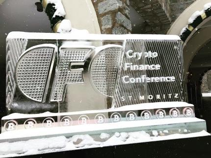 Logo da Conferência na Logo do CFC na entrada do Suvretta House em St. Moritz